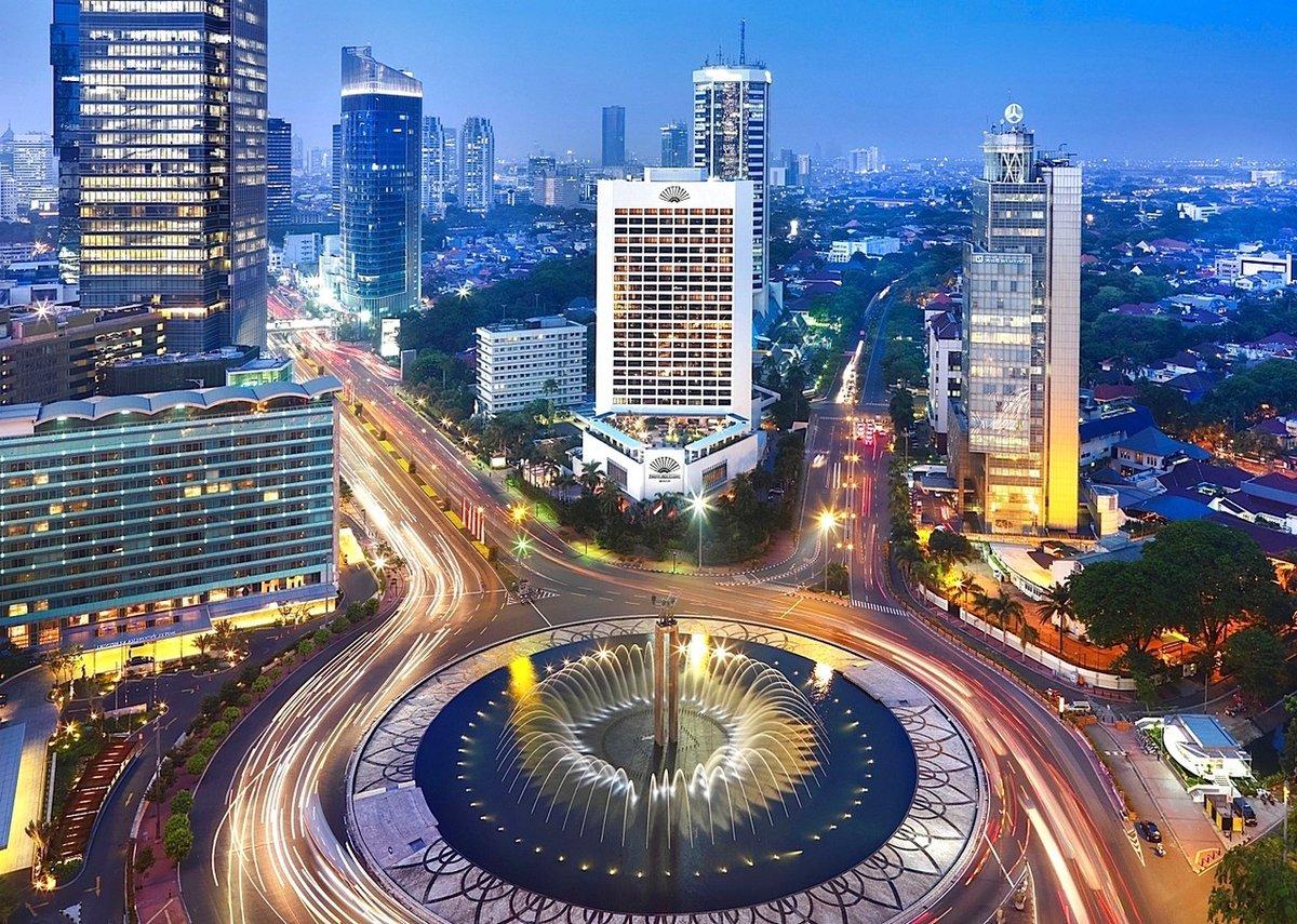 В Индонезии живёт 242 968 342 человек. В среднем на квадратный километр приходится по 127 жителей. Пока эта страна не так сильно страдает от перенаселения, хотя рождаемость там увеличивается. Поэтому этот процесс рано или поздно нужно будет взять под контроль.